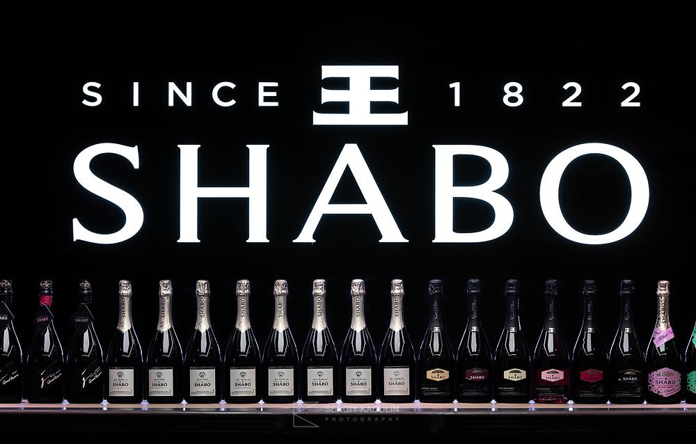 Фотосъемка центра культуры вина SHABO, Украина. Вид стойки бара, с логотипом SHABO на задней стене.<br /> <br /> Photoshoot of SHABO winery center in Ukraine.