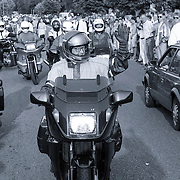 NLD/Scherpenzeel/19920620 - Mr.Pieter van Vollenhoven rijdt motor in Scherpenzeel