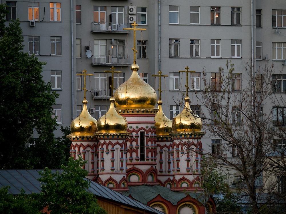 Eine Russisch-Orthodoxe Kirche im Kontrast zu einem Plattenbau im Zentrum von Moskau.<br /> <br /> A Russian Orthodox Church in contrast to a panel house in the center of Moscow.