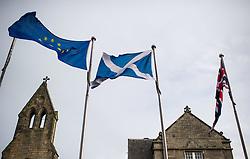 THEMENBILD - Flaggen der Europäischen Union, Schottland und Großbrittannien. Schottlands Hauptstadt Edinburgh ist die zweitgrößte Stadt Schottlands. Aufgenommen am 27.10.2014 in Edinburgh, Schottland // Flags of the European Union, Scotland and Great Britain. Edinburgh, capital city of scotland. Edinburgh, Scotland on 2014/10/27. EXPA Pictures © 2014, PhotoCredit: EXPA/ Michael Gruber