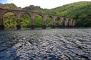 La voie ferrée, toujours active, qui traverse le lac de Villefort