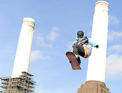 29.10.2011, Battersea Power Station, London GBR, FIS Snowboard Worldcup, Relentless Freeze Festival, im Bild FIS World Cup 2012 Heat 1, Sam TURNBULL of GBR // during FIS Snowboard Worldcup at Relentless Freeze Festival in London, United Kingdom on 29/10/2011. EXPA Pictures © 2011, PhotoCredit: EXPA/ TNT Sports/ Nick Tapsell +++++ ATTENTION - OUT OF ENGLAND/GBR +++++