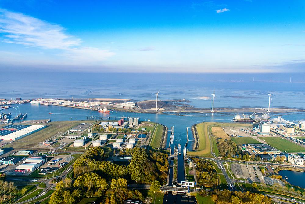 Groningen, Gemeente Delfzijl, 04-11-2018; Farnsum met Zeesluis Delfzijl. Links van de sluis tankenpark van de NAM. Opslag van onder andere condensaat. Gezien naar Zeehavenkanaal, Eems in de achtergrond<br /> Delfzijl harbour.<br /> luchtfoto (toeslag op standaard tarieven);<br /> aerial photo (additional fee required);<br /> copyright© foto/photo Siebe Swart