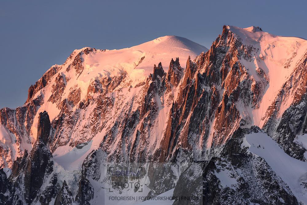 Mont Blanc and Mont Blanc du Tacul in the first light of the morning sun, Chamonix, France / Impressionen beim Refuge du Couvercle am Fuss der Aiguille Verte über dem Mer de Glace an einem sehr schönen Herbsttag im September