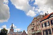 Nederland, Nijmegen, 6-7-2020 Een restje historische oude binnenstad van Nijmegen. Middeleeuwse en meer recentere gebouwen aan de grote markt. De stevenskerk, stevenstoren, waag, waaggebouw, en een rij gebouwen die tegenwoordig allemaal horeca zijn, waaronder een hotel .  Foto: ANP/ Hollandse Hoogte/ Flip Franssen