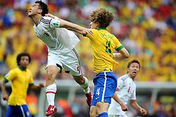 O zagueiro David Luiz em disputa de bola com Shinji Okasaki durante a cerimônia de abertura da Copa das Confederações, realizada no Estádio Nacional Mané Garrincha, em Brasília, antes da partida entre Brasil e Japão. FOTO: Jefferson Bernardes/Preview.com