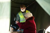Bialystok, 25.03.2020. Zolnierze Wojsk Obrony Terytorialnej ( WOT ) pomagaja we wstepnej kwalifikacji pacjentow w Bialostockim Centrum Onkologii ( BOC ) N/z wstepna kwalifikacja robiona przez zolnierzy WOT w namiocie wojskowym przed szpitalem fot Michal Kosc / AGENCJA WSCHOD