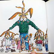 NLD/Apeldoorn/20080313 - Prinses Laurentien leest voor bij Visio Apeldoorn met slechtziende en blinden deelnemers de leesmarathon, boek met tekening van Bernhard Jr.