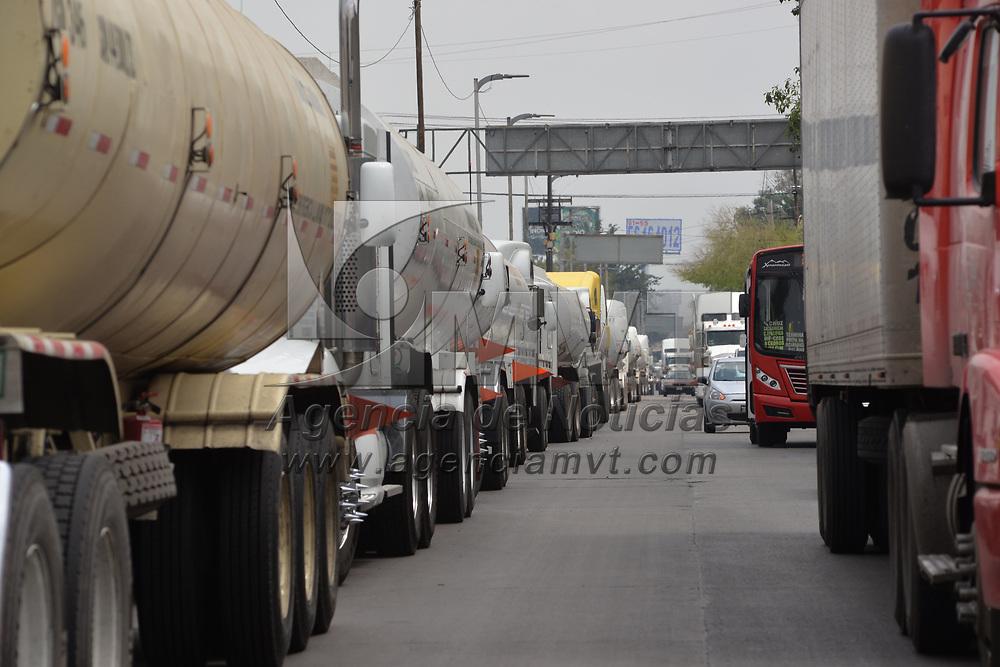 Toluca, México.- (Marzo 07, 2018).- Conductores foráneos de pipas de gasolina expresaron su inconformidad a debido a un supuesto desabasto del hidrocarburo en el Valle de  Toluca, amenazaron con bloquear el acceso a PEMEX en caso de no ser atendidos. Agencia MVT / Crisanta Espinosa.
