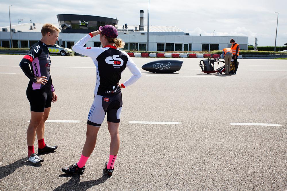 In Lelystad testen Iris Slappendel (links) en Aniek Rooderkerken (rechts) de VeloX 7 op de RDW baan. In september wil het Human Power Team Delft en Amsterdam, dat bestaat uit studenten van de TU Delft en de VU Amsterdam, tijdens de World Human Powered Speed Challenge in Nevada een poging doen het wereldrecord snelfietsen voor vrouwen te verbreken met de VeloX 7, een gestroomlijnde ligfiets. Het record is met 121,44 km/h sinds 2009 in handen van de Francaise Barbara Buatois. De Canadees Todd Reichert is de snelste man met 144,17 km/h sinds 2016.<br /> <br /> In Lelystad Iris Slappendel and Aniek Rooderkerken test the VeloX 7 at the RDW track. With the VeloX 7, a special recumbent bike, the Human Power Team Delft and Amsterdam, consisting of students of the TU Delft and the VU Amsterdam, also wants to set a new woman's world record cycling in September at the World Human Powered Speed Challenge in Nevada. The current speed record is 121,44 km/h, set in 2009 by Barbara Buatois. The fastest man is Todd Reichert with 144,17 km/h.