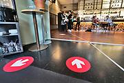 Nederland, Nijmegen, 7-6-2020 Versoepelde coronamaatregelen waardoor de horeca weer beperkt open kan en ook culturele instellingen openzoals musea open kunnen. Terrassen en tarrasjes mogen weer bezocht worden mits aan regels wordt voldaan om het besmettingsrisico minimaal te maken. Unlock,beperkende,beperkingen, cafe, opheffen,versoepelen,versoepeling , opengooien, openen,opening,opmeten,voorbereiden,voorbereiding, bewegwijzeringFoto: Flip Franssen