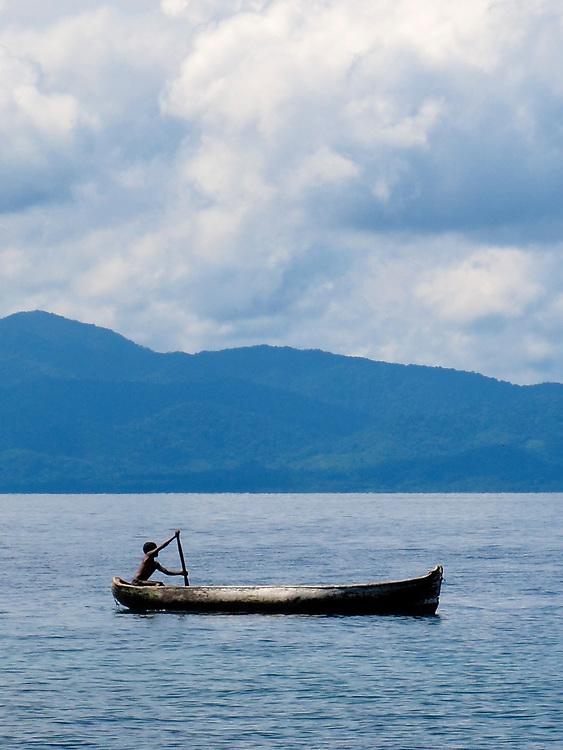 Indígenas guna / niño remando en cayuco / Panamá.<br /> <br /> El niño amerindio | Guna Yala.