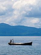 Indígenas guna / niño remando en cayuco / Panamá.<br /> <br /> El niño amerindio   Guna Yala.