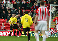 Photo: Scott Heavey.<br />Watford v Sunderland. Nationwide Division One. 07/02/2004.<br />Gavin Mahon fires Watford in to a 1-0 lead