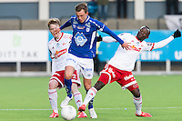 1. divisjon fotball 2015: Hødd - Fredrikstad. Hødds Fredrik Aursnes (midten), Håvard Åsheim og Julius Olumide Adaramola (t.h.) i førstedivisjonskampen mellom Hødd og Fredrikstad på Høddvoll.