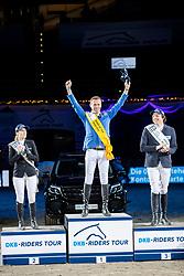 MEYER-ZIMMERMANN Janne-Friederike (GER), AHLMANN Christian (GER), KREUZER Andreas (GER)<br /> München - Munich Indoors 2018<br /> Siegerehrung<br /> Grosser Preis der Deutschen Kreditbank AG<br /> Finale DKB-Riders Tour<br /> 25. November 2018<br /> © www.sportfotos-lafrentz.de/Stefan Lafrentz