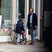 Politicus Ad Melkert op de fiets met dochter Amanda of Elvira