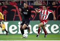 John CAREW contre Athanasios KOSTOULAS - Olympiakos / Lyon - Champions League - 01.11.2005 - Foot Football - OL - largeur attitude joie de dos<br /> Foto: Digitalsport<br /> Norway only *** Local Caption *** 00011323