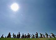 Nederland, Lent, 18-7-2006....De zon schijnt hevig op de lopers van de 4 daagse op de dijk bij Oosterhout. Later werd in Nijmegen bekend dat er wandelaars overleden zijn, en werd het evenement voor het eerst in haar geschiedenis afgelast.....Foto: Flip Franssen/Hollandse Hoogte