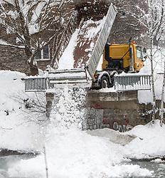 01.02.2014, Lienz, Osttirol, AUT, Schneefälle in Oberkärnten und Osttirol, im Bild LKW liefern die Schneemassen in die Drau ab. Über Nacht vielen bis zu 1,2 Meter Neuschnee in weiten Teilen Oberkärnten und Osttirols und forderten bereits zwei Todesopfer. EXPA Pictures © 2014, PhotoCredit: EXPA/ JFK