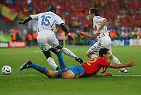Elfmeterpfiff fuer Pablo nach Foul von Lilian Thuram, hinten Frank Ribery<br /> Fussball WM 2006 Achtelfinale Spanien - Frankreich<br /> Spania - Frankrike<br /> Norway only