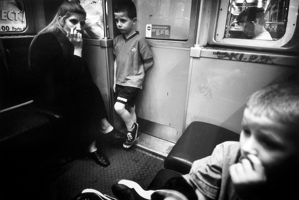 Paris, 1999. Nathalie, Marc et Jason rentrent au placement familial.