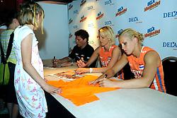 10-05-2008 VOLLEYBAL: DELA MEIDENDAG: APELDOORN<br /> Zo n 1500 meisjes woonden de teampresentatie van het Nederlands vrouwenvolleybalteam bij. De DELA meidendag werd weer een groot succes / Debby Stam en Kim Staelens<br /> ©2008-WWW.FOTOHOOGENDOORN.NL