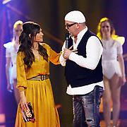 """DJ Ötzi mit Moderatorin Viola Tami bei der SRF-Pop-Schlager-Show """"Hello Again"""". Aufzeichnung vom 14. April 2019 in den Fernsehstudios Zürich."""