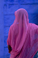 Inde. Rajasthan. Jodhpur la ville bleue. Femme en sari rose. // India. Rajasthan. Jodhpur. The blue city. Woman in sari.