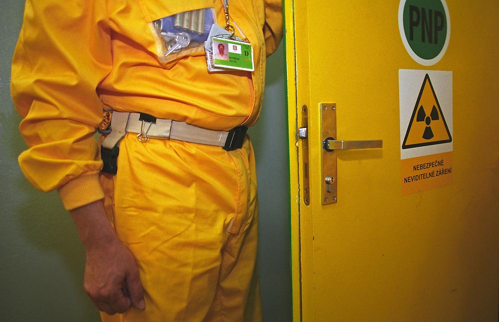 Temelin/Tschechische Republik, Tschechien, CZE, 25.06.2004: Ein Mitarbeiter in Schutzkleidung auf dem Weg zu seinem Arbeitsplatz in den Verbindungskorridoren im Atomkraftwerk Temelin. Das Kernkraftwerk steht 24 Km von der Stadt Ceske Budejovice entfernt.<br /> <br /> Temelin/Czech Republic, CZE, 25.06.2004: Employee in protective clothing walking through corridors to his workplace at the Nuclear Power Station Temelin. The Nuclear Power Plant Temelin is located, approximately 24 km from the town of Ceske Budejovice.