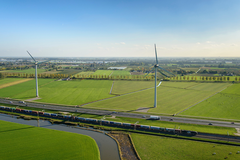 Nederland, Gelderland, Betuwe, 24-10-2013; Betuweroute, ter hoogte van Echteld. De goederenspoorlijn loopt parallel aan autosnelweg A15. De goederentrein is onderweg naar de haven van Rotterdam. Onder in beeld de rivier de Linge.<br /> Betuweroute, railway from Rotterdam to Germany, near Echteld. The freight railway runs parallel to highway A15. The freight is on its way to the port of Rotterdam.<br /> luchtfoto (toeslag op standaard tarieven);<br /> aerial photo (additional fee required);<br /> copyright foto/photo Siebe Swart.