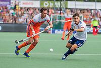 AMSTELVEEN - Diede van Puffelen (Ned)  met James Gall (GBR)    tijdens de wedstrijd om de 3e plaats ,   Nederland-Groot Brittannie (5-3),  bij  de Pro League Grand Final hockeywedstrijd heren..COPYRIGHT KOEN SUYK