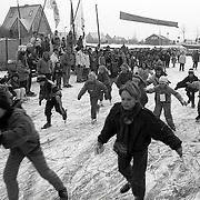 NLD/Huizen/19910210 - Schaatswedstrijden voor de jeugd op de aanloophaven Huizen welke geheel is dichtgevroren