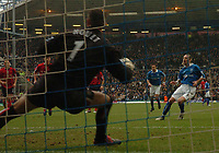 Fotball<br /> Premier League England 2004/2005<br /> 18.12.2004<br /> Foto: SBI/Digitalsport<br /> NORWAY ONLY<br /> <br /> Birmingham City v West Bromwich Albion<br /> Barclays Premiership. 18/12/2004<br /> <br /> Birmingham City's Robbie Savage (R) gives his side an early 1-0 lead from the penalty spot as he sends West Brom's keeper Russell Hoult the wrong way.