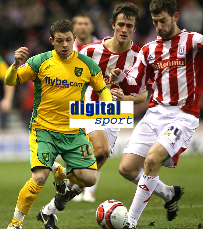 Photo: Paul Greenwood/Sportsbeat Images.<br />Stoke City v Norwich City. Coca Cola Championship. 01/12/2007.<br />Norwich's Jamie Cureton, (L) and Stoke's Rory Delap compete for the ball