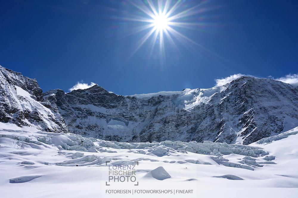 Sonnenstern über der Nordwand des Gross Fiescherhorns, Grindelwald, Berner Oberland, Schweiz<br /> <br /> Sun star over the north face of the Gross Fiescherhorn, Grindelwald, Bernese Oberland, Switzerland