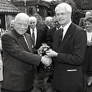 NLD/Soest/19940426 - Dhr. Eijbersen in Soest krijgt de Thorbeckepenning