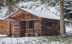 THEMENBILD - ein Holzhaus gebaut aus einzelnen Holzscheite in einem Wald, aufgenommen am 04. Dezember 2020, Piesendorf, Österreich // a wooden house built from single logs in a forest on 2020/12/04, Piesendorf, Austria. EXPA Pictures © 2020, PhotoCredit: EXPA/ Stefanie Oberhauser
