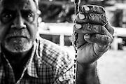 Présentation d'une monnaie kanak par Jimmy Mouindou, chef de clan à Ponerihouen, NC 2014.