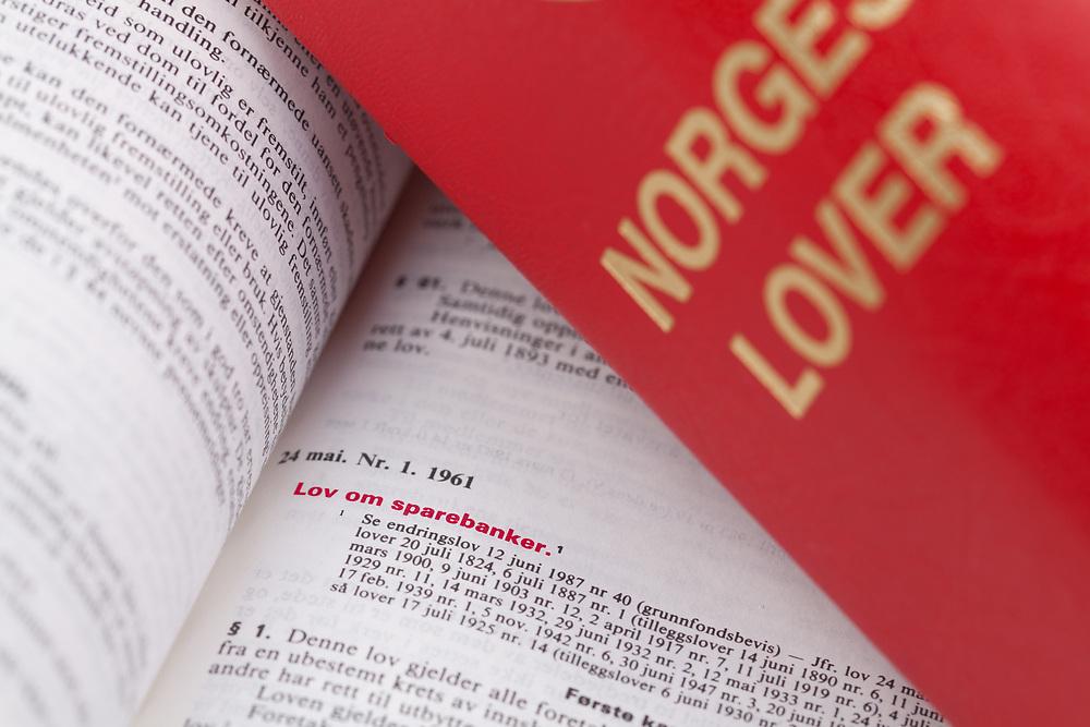 Fokus på innledningen til «Lov om sparebanker» i norges lover. Lovtittelen er uthevet i rødt.