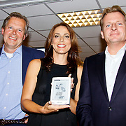 NLD/Amsterdam/20100616 - Introductie Samsung E60 Wifi e-reader aan Heleen van Royen,  Jos Beernink, Heleen van Royen en directeur Selexyz Scheltema met de e-reader