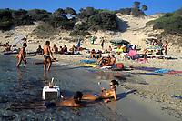 01/Septiembre/2004 Islas Baleares. Ibiza.<br /> Turistas en la popular playa de Ses Salines.<br /> <br /> © JOAN COSTA