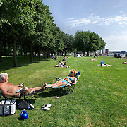 Nederland Rotterdam 24-05-2009 20090524 Foto: David Rozing .                                                                                    .Man en vrouw genieten van zomerweer op grasveldje Kralinger Esch                             .Man and woman enjoying sunny weather          .Holland, The Netherlands, dutch, Pays Bas, Europe ..Foto: David Rozing