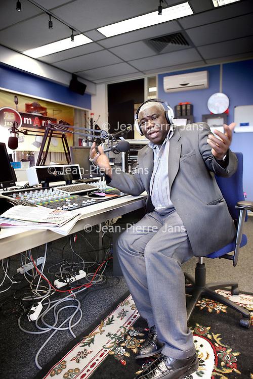 Nederland, Amsterdam , 20 januari 2010...Norman van Gom, directeur van Radio Mart in de z.g. Glazen kooi roept mensen op geld over temaken t.b.v. de slachtoffers van de aarbeving op Haiti..Foto:Jean-Pierre Jans