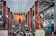 België, Brussel, 1-8-1958..Wereldtentoonstelling met het paviljoen van de USSR, Sovjet Unie, Rusland. Voor het beeld van Lenin, in het midden, hangt een model, replica van de Spoetnik, de eerste kunstmaan die om de aarde draaide en een radiosignaal terugzond...Het was midden in de koude oorlog..De amateur fotograaf is de vader van HH fotograaf Flip Franssen. ..Foto: P. Franssen/Hollandse Hoogte