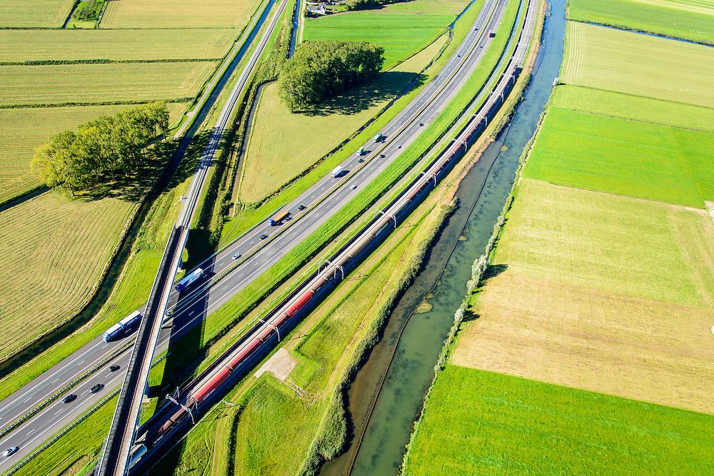 Nederland, Gelderland, Gemeente Neder-Betuwe, 30-09-2015; goederentrein passeert de Betuwelijn (Tiel - Gorinchem) onderweg van Duitsland naar de Haven van Rotterdam op de Betuweroute. Omgeving Ochten, de autosnelweg A15 loopt parallell aan de spoorlijn, evenals rivier de Linge.<br /> Freight train en route from Germany to the Port of Rotterdam on the Betuweroute.  A15 motorway runs parallell to the railroad.<br /> luchtfoto (toeslag op standard tarieven);<br /> aerial photo (additional fee required);<br /> copyright foto/photo Siebe Swart