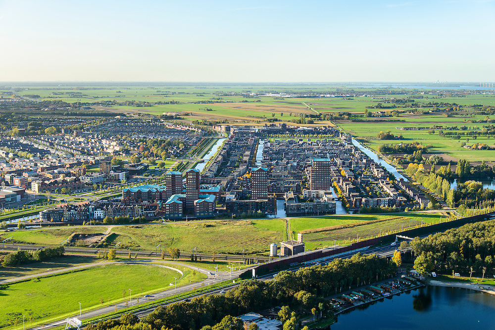 Nederland, Utrecht, Amersfoort, 24-10-2013; de wijk Vathorst, deelplan De Laak. Het stedenbouwkundig plan (van de stedebouwkundigen West8 met Adriaan Geuze ). Grachtenstad. De nieuwe wijk grenst aan de polders tussen Bunschoten-Spakenburg en Nijkerk ( aan de horizon).<br /> New housing district Vathorst in Amersfoort, the urban plan of this Canal City, is based on canals with canal house-style houses. Developed by the urban development agency West8, Adriaan Geuze.<br /> luchtfoto (toeslag op standaard tarieven);<br /> aerial photo (additional fee required);<br /> copyright foto/photo Siebe Swa