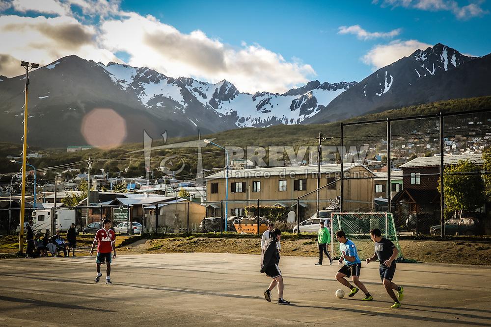 Jovens jogam futebol no Ushuaia com Cordilheira dos Andes ao fundo. FOTO: Jefferson Bernardes/ Agência Preview