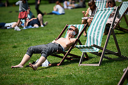 © Licensed to London News Pictures. 27/06/2019. LONDON, UK.  A man on a deckchair sunbathes in the warm temperatures and sunshine in Green Park during lunchtime.  The forecast is for temperatures above 30C on Saturday.  Photo credit: Stephen Chung/LNP