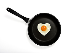 THEMENBILD - Spiegelei in Herzform in Pfanne // Fried egg in heart shape in pan. EXPA Pictures © 2015, PhotoCredit: EXPA/ Eibner-Pressefoto/ Weber<br /> <br /> *****ATTENTION - OUT of GER*****